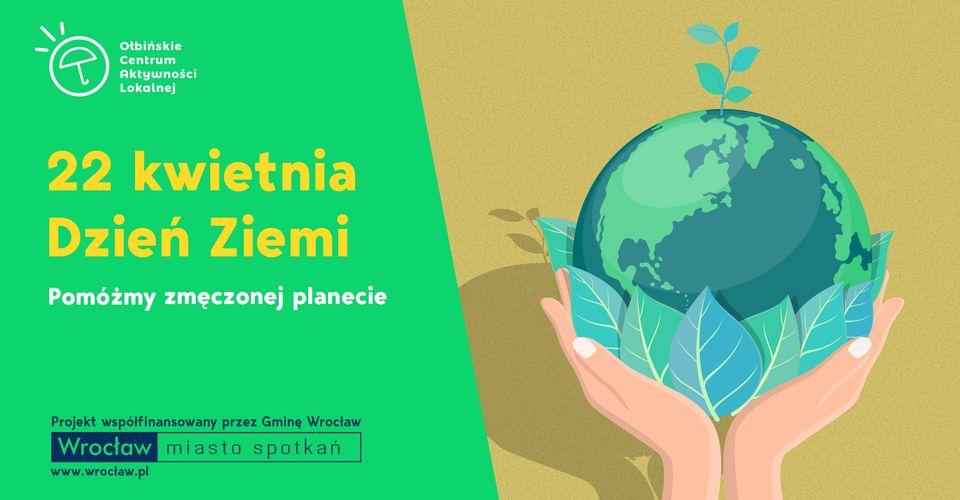 obraz po lewej stronie zielone tło żółty napis dzień ziemi po prawej wyciągnięte ręce w nich kula ziemska otulona zieloną roślinnością