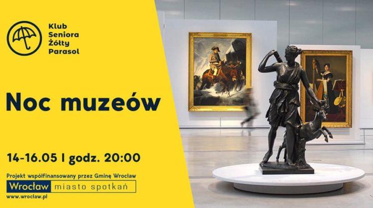 obraz po lewej strony na żółtym tle czarny napis noc muzeów po prawej wnętrze sali wystawienniczej w tle na podeście pomnik oraz obrazy na ścianie